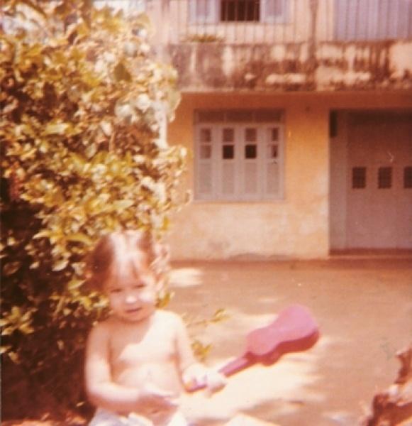 Na infância, a cantora Pitty já mostrava entrosamento com a música; aqui ela aparece brincando com seu violão