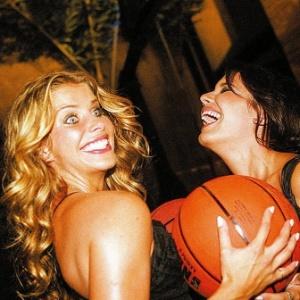 Atrizes Karina Bacchi E Juliana Knust Brincam Bolas De Basquete