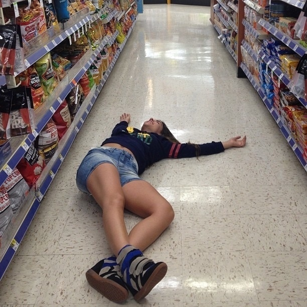 Não é só a Disney que faz a diversão dos turistas em Orlando, nos Estados Unidos. A ex-BBB Laísa teve momentos de emoção no supermercado, mais especificamente nos corredores de guloseimas. Ela postou na rede social Instagram, na noite desta terça-feira (16/10/12), fotos deitada no chão da loja, com um pote gigante de salgadinho, entre outras