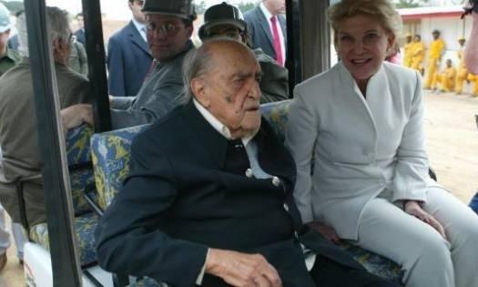 Niemeyer e a então prefeita de São Paulo, Marta Suplicy, visitam as obras do anfiteatro do Ibirapuera (2004)