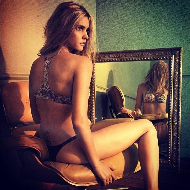 O fotógrafo Max Weber divulgou na web uma imagem da apresentadora Fernanda Lima datada de 2009. Na imagem, a bela aparece de lingerie, deixando à mostra uma tatuagem floral na altura do cóccix (16/10/12)