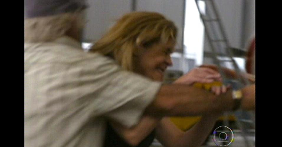Em um momento de raiva, Carminha pula sobre Santiago, que erra o tiro ...
