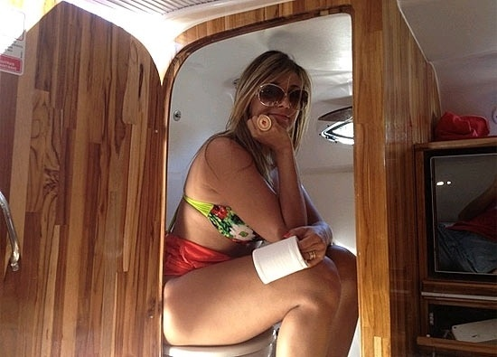 """A ex-BBB Fabiana Teixeira abriu um pouco de sua intimidade. Neste final de semana, ela divulgou imagem em que aparece sentada no assento sanitário, segurando papel higiênico na rede social Instagram. A apresentadora estava em um barco que passeava pelo rio São Francisco. """"Calma, calma. É só um teste para saber se eu caibo no minimiquitório!"""", escreveu (21/10/12)"""