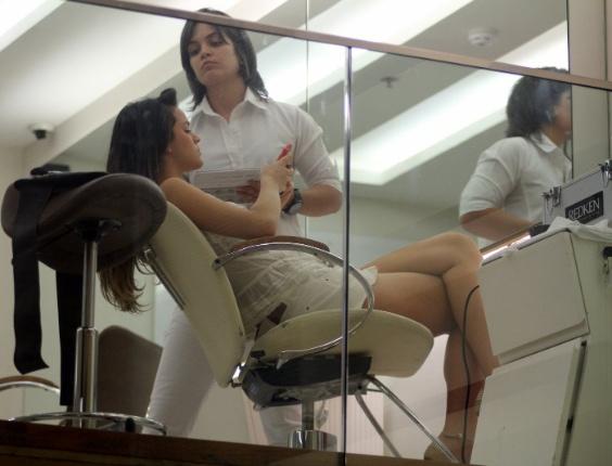 """22.out.2012 - A atriz Bruna Marquezine, a Lurdinha da novela """"Salve Jorge"""", cuida do visual em salão de beleza no Shopping Rio Design Barra, no Rio de Janeiro"""