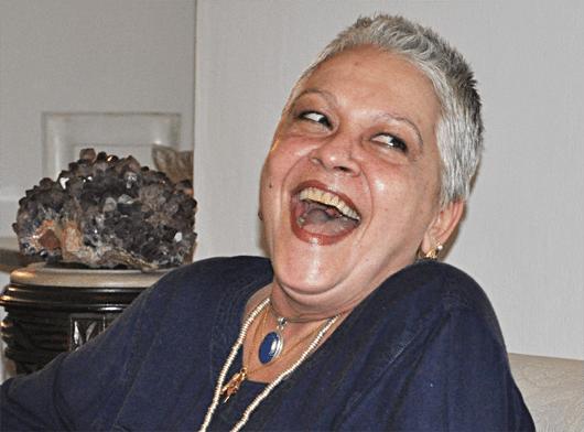 """Apesar do sucesso, Regina Dourado afirmou que não tinha planos de seguir a carreira de atriz. Ela foi passar férias no Rio de Janeiro, fez um teste para o especial """"A Morte e a Morte de Quincas Berro D'água"""", dirigido por Walter Avancini em 1978, e acabou sendo contratada para trabalhar em sua primeira novela, """"Pai Herói"""", de Janete Clair, em 1979"""