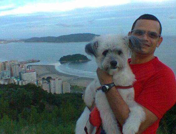Estes são o Valdir e seu cachorro Aslan, no Morro do Votoroá, em Santos (SP).