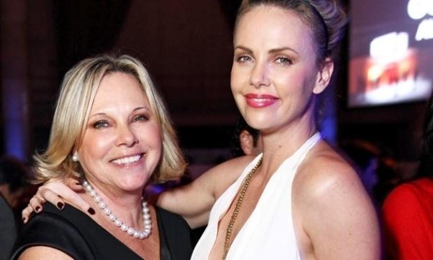 Além de ser muito parecida com a mãe, Charlize Theron pode contar com Gerda Theron como sua parceira. Ela já havia tentado ser modelo e dançarina, quando a mãe deu um empurrãozinho em sua carreira e comprou uma passagem rumo a Los Angeles para que ela seguisse a carreira de atriz