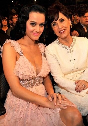 Katy Perry lembra muito a mãe, Mary Hudson