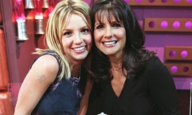 Nessa foto, a cantora Britney Spears está praticamente uma versão loira da mãe, Lynne.