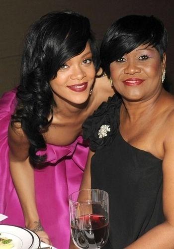 Rihanna puxou não apenas os traços como o estilo da mãe, Monica
