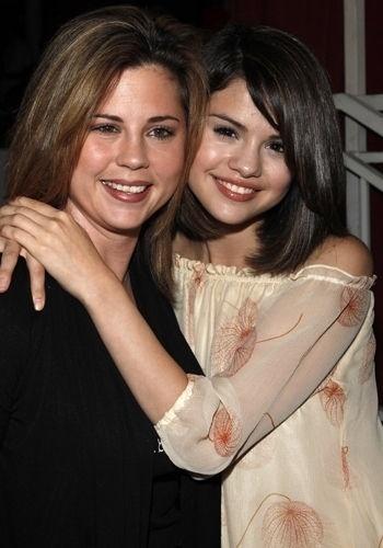 Sogra de Justin Bieber, Amanda Cornett parece até irmã de Selena Gomez