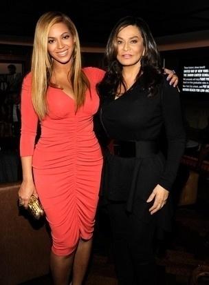 Tina Knowles além de amiga, é uma versão mais velha da filha Beyoncé
