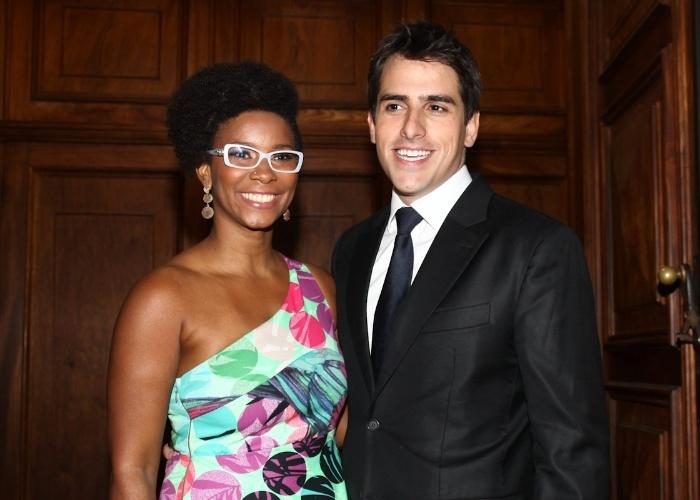 A apresentadora Rita Batista posa com Rodrigo Branco, diretor de programação da TV Bandeirantes