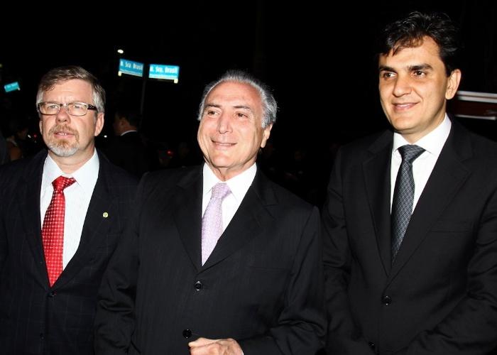 O vice-presisente da República, Michel Temer (centro), posa ao lado de Marco Maia (Presidente da Câmara dos Deputados do Estado de São Paulo) e do deputado Gabriel Chalita