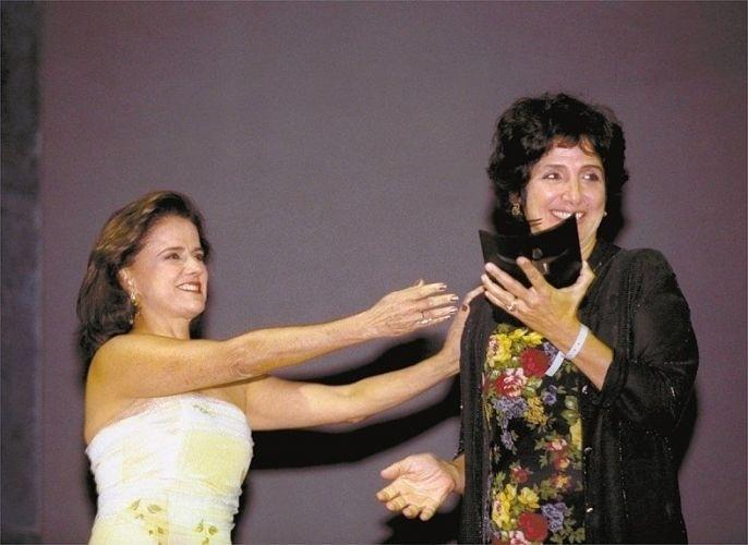 """A atriz Marieta Severo entrega o """"Grande Prêmio BR"""" de melhor atriz a Juliana Carneiro, pelo filme """"Lavoura Arcaica"""", no Teatro Municipal do Rio de Janeiro (3/9/02)"""