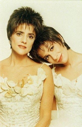 """As atrizes Marieta Severo e Andréa Beltrão na peça """"A Dona da História"""", do dramaturgo pernambucano João Falcão (1998)"""