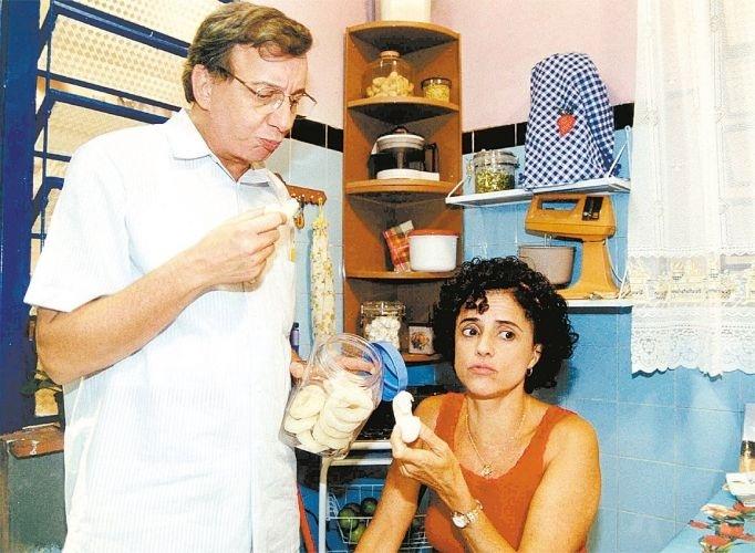 """Marco Nanini e Marieta Severo durante as gravações do programa """"A Grande Família"""", da Rede Globo (2001)"""