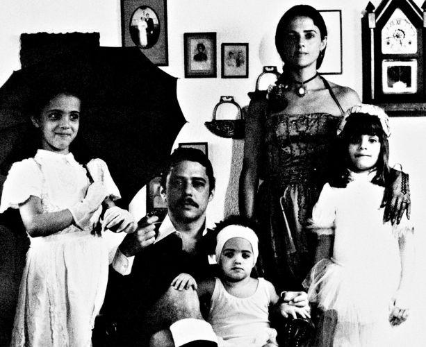 Marieta posa com seu então marido, o cantor Chico Buarque, e suas três filhas: Silvia (à esquerda), Helena (à direita) e Luisa (no colo de Chico)