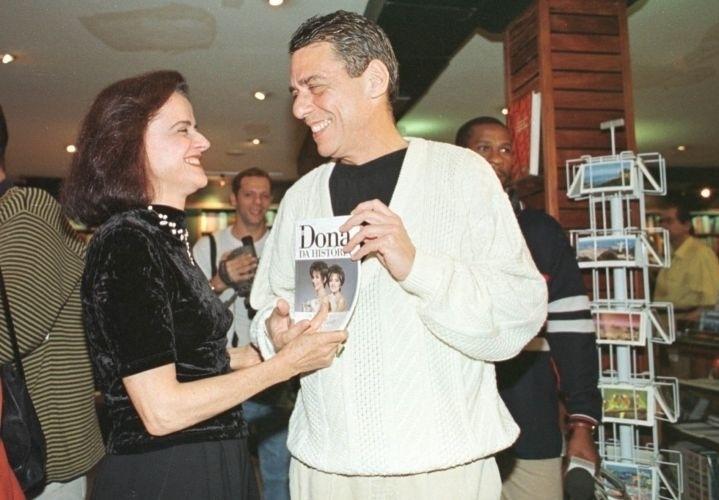 """Marieta Severo e seu então marido, o cantor Chico Buarque de Hollanda, durante o lançamento do livro """"Dona da História"""", baseado em peça de João Falcão (3/8/99)"""