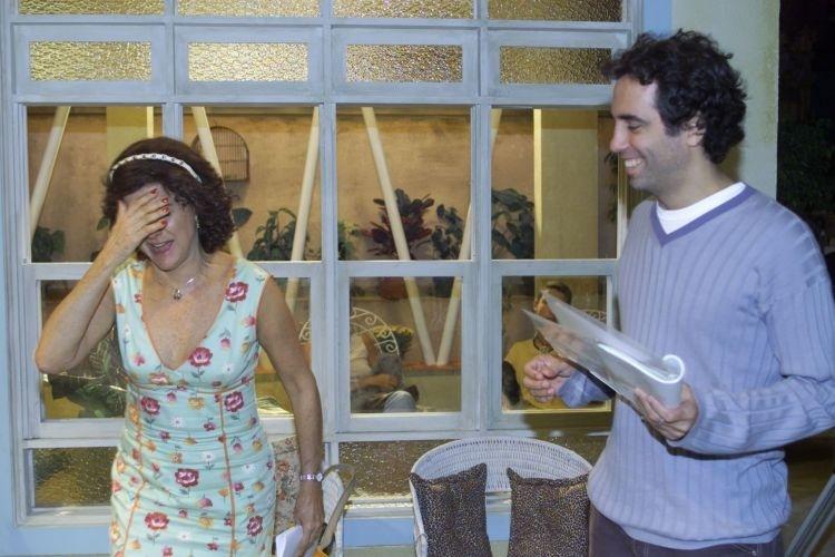 """O diretor da série """"A Grande Familia"""", Maurício Farias, dirige Marieta Severo durante gravação do programa no Projac, em Jacarepaguá, zona oeste do Rio (20/5/03)"""