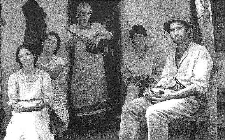 """Os atores Cláudia Abreu (segunda à esq.), Marieta Severo (centro) e Paulo Betti (à dir.) em cena do filme """"Guerra de Canudos"""", de Sérgio Rezende (1997)"""