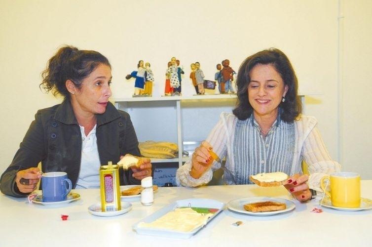 """As atrizes Andréa Beltrão e Marieta Severo tomam café antes da peça """"As Centenárias"""" (2009)"""
