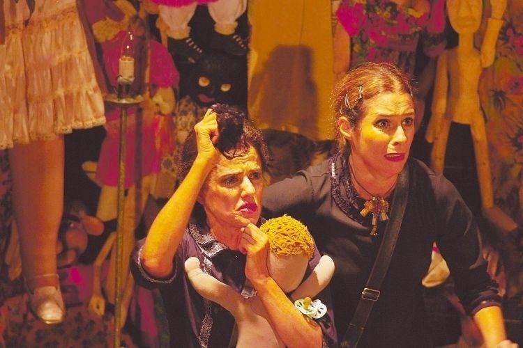 """As atrizes Marieta Severo (à esq.) e Andréa Beltrão em cena da peça """"As Centenárias"""", com texto criado por Newton Moreno e direção de Aderbal Freire-Filho (1/5/09)"""