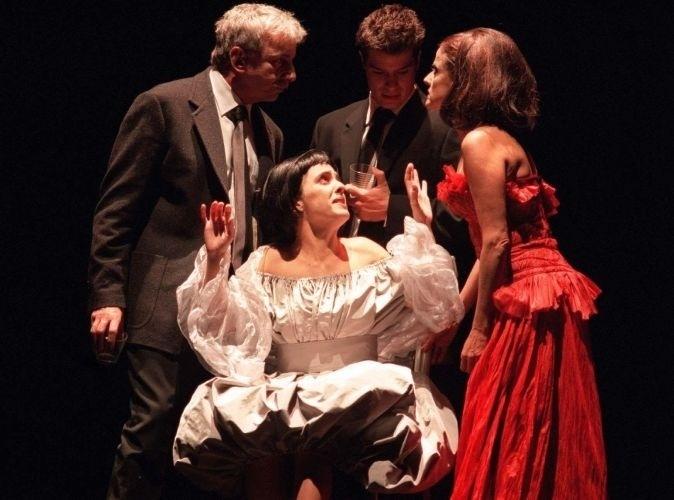 """Marieta Severo (de vermelho) contracena com Marco Nanini, Fábio Assunção e Silvia Buarque em cena da peça """"Quem tem Medo de Virgínia Woolf"""", em teatro de São Paulo (6/6/00)"""