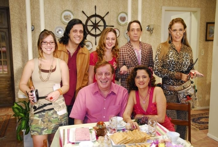 """Sentados à frente, os atores Marco Nanini e Marieta Severo posam com o elenco da série """"A Grande Família"""", da Rede Globo (28/3/10)"""