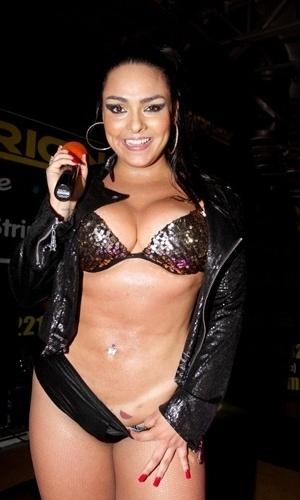 Andressa Soares, a Mulher Melancia, mostrou que está em ótima forma durante um show de funk que ela apresentou no Teatro Orion, no centro da cidade de São Paulo (9/11/12). Com um traje preto e sexy, a bela levou o público masculino da casa à loucura. A funkeira também aproveitou para mostrar sua nova - e picante - tatuagem