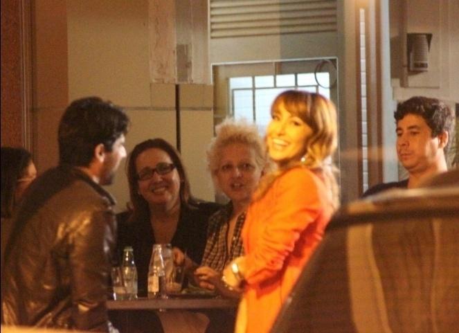 Após cancelar peça, por conta de problemas no coração, Claudia Jimenez janta com amigos (4/10/11)