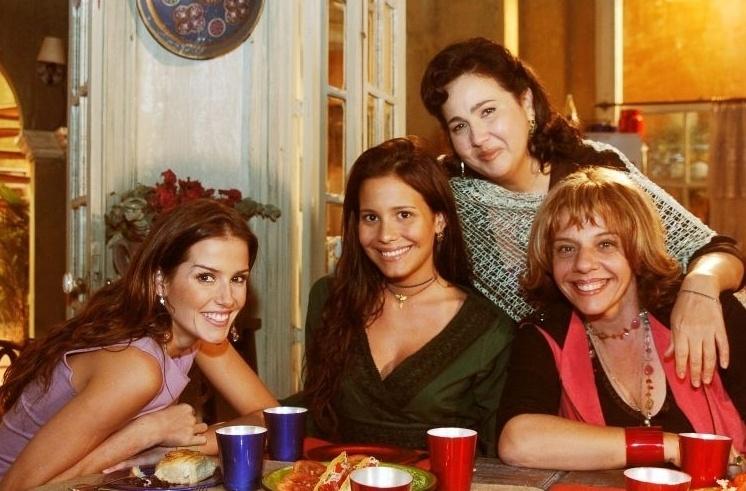 """Claudia Jimenez como Consuelo em """"América"""", novela de Glória Perez exibida em 2005. A atriz divide a cena com Deborah Secco (Sol), Juliana Knust (Inesita) e Rosi Campos (Mercedes)"""