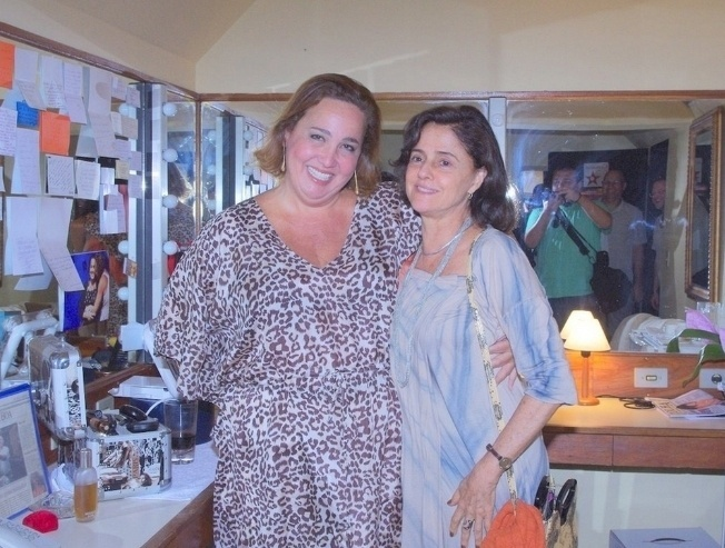 """Claudia Jimenez e Marieta Severo no camarim da peça """"Mais Respeito que Sou Tua Mãe"""", no Rio (24/2/11)"""