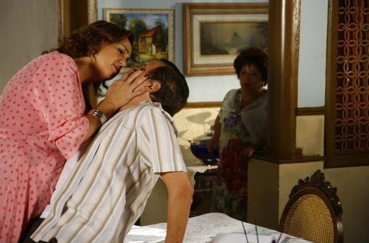 """Claudia Jimenez em cena com Joaquim Monchique em """"Negócio da China"""". Na novela, escrita por Miguel Falabella, Claudia era a falsa vidente Violante, que fisgou o coração de Belarmino (2008)"""