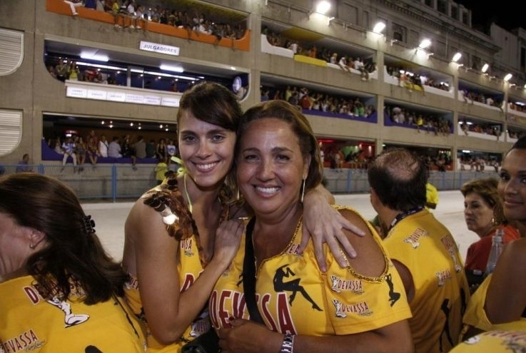 Claudia Jimenez recebe um abraço de Carolina Dieckmann em um camarote no Desfile das Campeãs, no Rio (20/2/10)