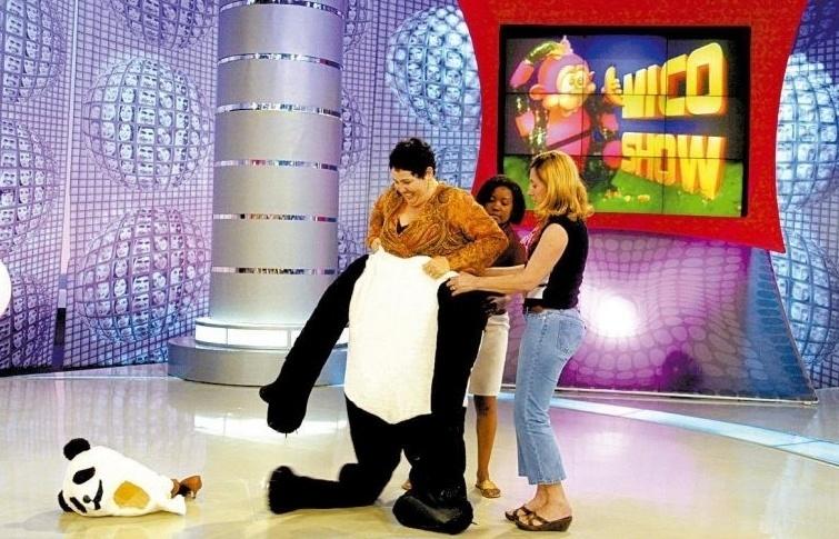 """Claudia Jimenez se veste de urso Panda durante gravação do programa """"Vídeo Game"""", da Globo (9/9/04)"""