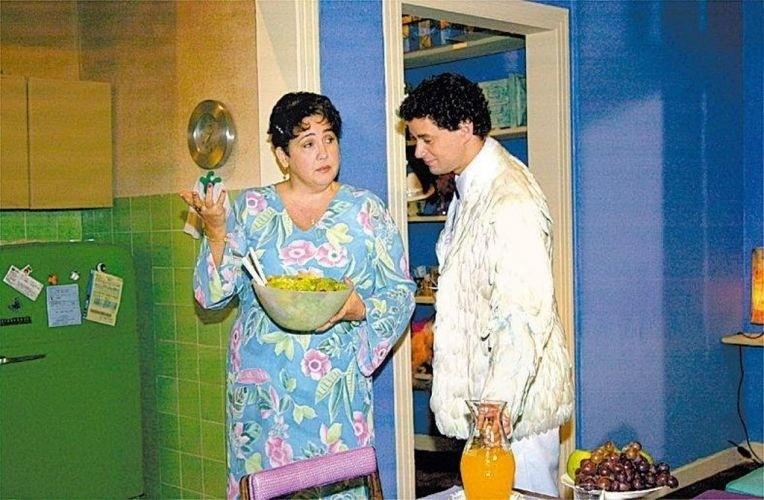 """Os atores Cláudia Jimenez e Dan Stulbach em cena do programa """"Papo de Anjo"""" exibido pela TV Globo em 2003"""