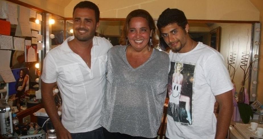 """Rodrigo Phavanello, Claudia Jimenez e Jesus Luz no camarim da peça """"Mais Respeito que Sou Tua Mãe"""", no Rio (17/2/11)"""