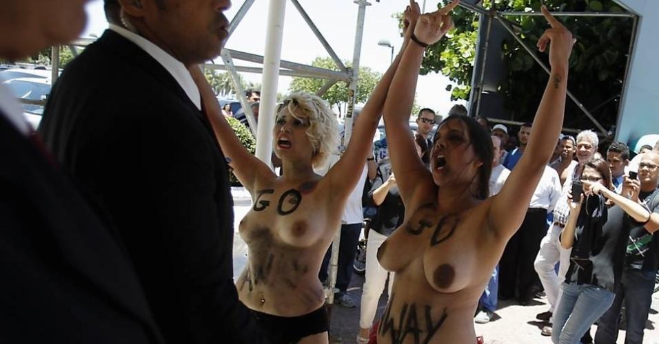 Duas participantes do grupo feminista Femen foram presas após invadirem o Hotel Copacabana Palace, no Rio de Janeiro, para protestar contra o turismo sexual no país, nesta quinta-feira (22/11/12). Com os corpos pintados e com os seios à mostra, Sara Winter e Anna Steel exibiram cartazes e gritaram:
