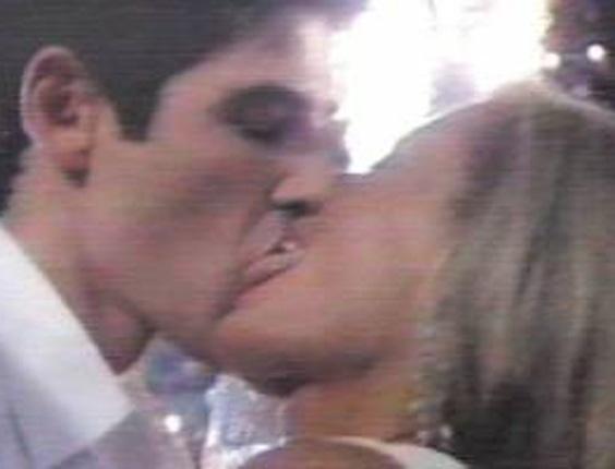 """A cena da novela """"Laços de Família"""" mostra que, para Vera Fischer, beijo técnico não existe: olha a língua da atriz na boca do Gianecchini! (Junho/2000)"""