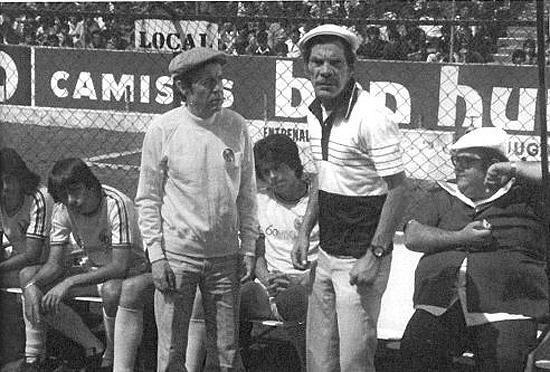 """Bolaños e Ramón Valdés no estádio Azteca durante as gravações de """"Charrito"""". A imagem faz parte do livro 'Chaves: A História Oficial Ilustrada', de Maurício Tamboni."""