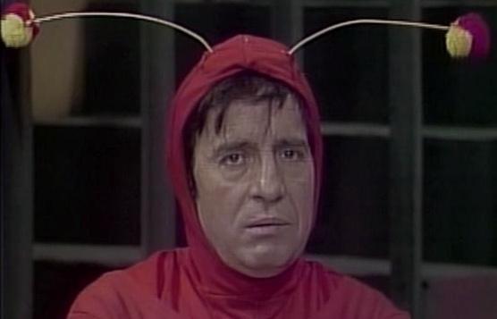 Chapolin é interpretado por Roberto Gomez Bolaños.