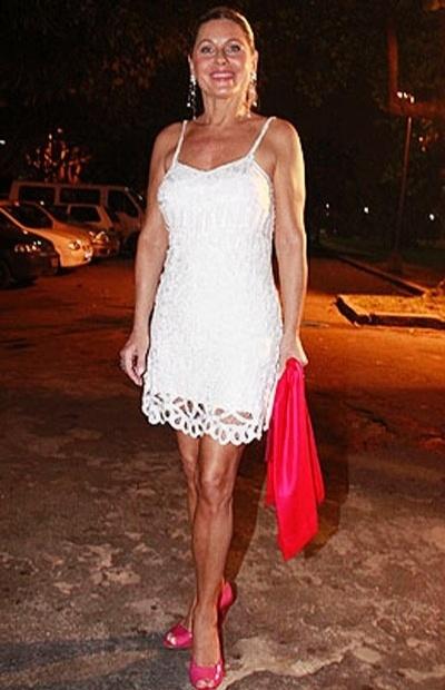 """De vestido branco, Vera vai à festa de encerramento da novela """"Caminho das Índias"""", em casa noturna do Rio de Janeiro (11/9/09)"""