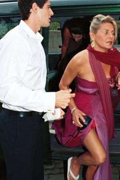 """Durante gravação de """"Laços de Família"""", Vera é flagrada de vestido e chinelos ao lado de Gianecchini. Os dois iriam gravar o casamento de Camila e Edu, personagens de Carolina Dieckmann e Giane (Novembro/2000)"""