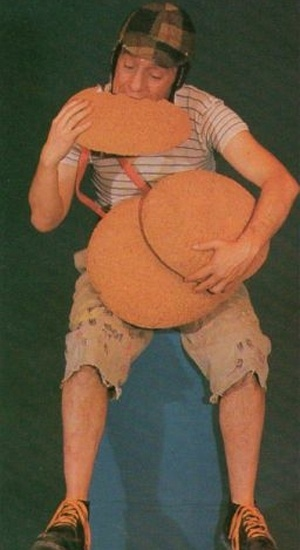 Em alguns episódios do seriado 'Chaves' é possível constatar o uso de efeitos especiais considerados avançados à época. Nesta foto, Roberto Bolañoz, caracterizado como Chaves, filma sobre um fundo escuro que seria substituído pela casa de Dona Florinda, em um episódio especial de 'Chaves', no qual o Chapolin visita a vila