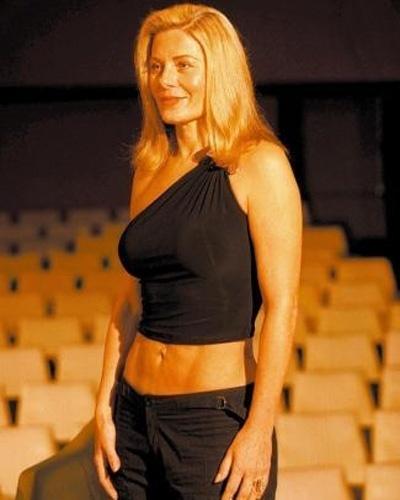 """Exibindo barriga chapada, Vera Fishcer se prepara para ensaio da peça teatral """"A Primeira Noite de um Homem"""", sob direção de Miguel Falabella, no Rio de Janeiro (Maio/2004)"""