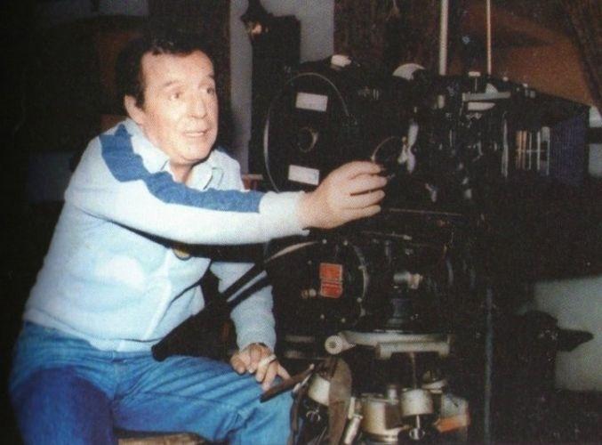 Imagem dos bastidores de 'Chaves' mostra Roberto Gómez Bolañoz posando ao lado de uma grande câmera cinematográfica