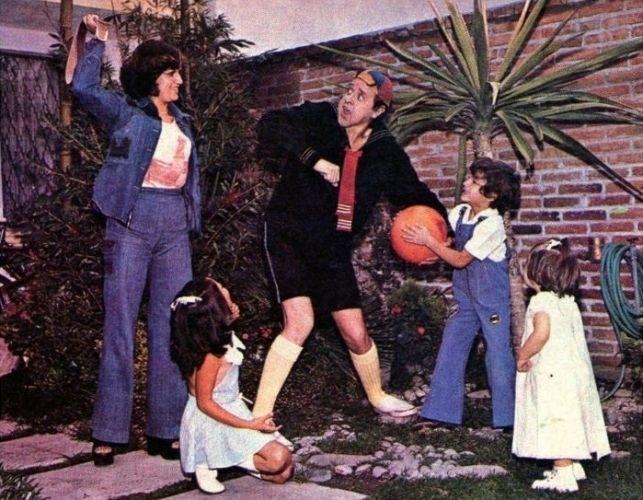 Nesta foto, Carlos Villagrán (Kiko) aparece em uma publicação com seus filhos e sua primeira esposa (1977)