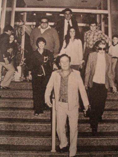 Nesta foto da década de 70, é possível ver os atores do seriado deixando um edíficio no México. Roberto Gómez Bolaños (Chaves) segue à frente do grupo; atrás dele é possível identificar as atrizes Maria Antonieta de Las Nieves (Chiquinha), Florinda Meza (Dona Florinda) e Angelines Fernández (Bruxa do 71); Na fileira de trás, estão os atores Édgar Vivar (Seu Barriga) e Rúben Aguirre (Profº Girafales). Nesta fotografia não estão presentes Ramón Valdés (Seu Madruga) e Carlos Villagrán (Quico).