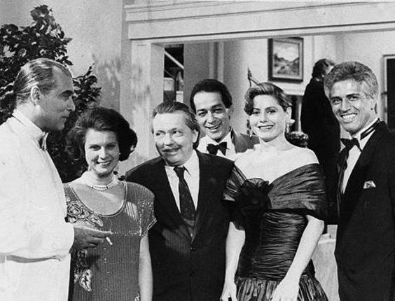 """Os atores Perry Salles (que era marido de Vera), Célia Helena, Gianfrancesco Guarnieri, Gracindo Jr., Vera Fisher e Nuno Leal Maia em cena da novela """"Mandala"""", da Rede Globo (1987)"""